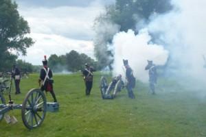 Bild 4 - Die Artillerie eröffnet das Feuer!