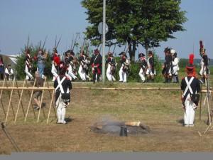 Bild 19 - Auch  unsere belgischen Freunde von der 8ème erhalten den Marschbefehl. Die Stabswache salutiert!