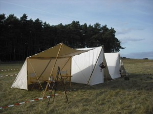 Bild 1 - Schnell sind die ersten Zelte aufgebaut