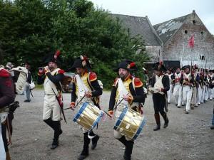 Bild 23 - Am Gehöft La Haye Sainte vorbei marschiert die 8ème zum Schlachtfeld