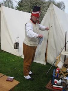 Bild Nr. 6 - Serrurier beim Reinigen der Muskete