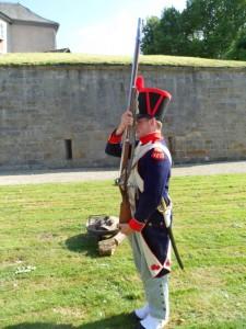 Bild 10 Grenadier Boucher lernt die ersten Handgriffe an der Muskete.