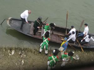 Bild 11 - ...und setzt mit Hilfe der Fährschiffer über