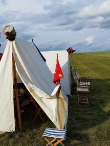 Bild 1 - Die Grenadiere Henri und L_Epaule besetzen als Vorhut mit ihren Zelten die Steinker Höhen.