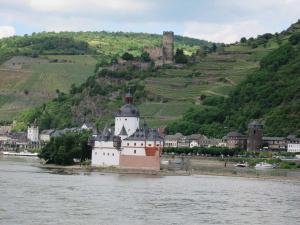 Bild 15 - Unsere kleine Festung, die Pfalzgrafenburg in der Mitte des Rheins. Am rechten Turm ist unser Biwak.