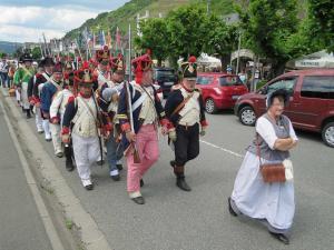 Bild 18 - Unsere Garnison marschiert zum Fähranleger.