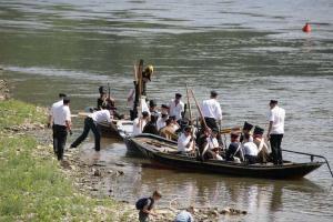 Bild 26 - Und da kommt der Feind. Mit kleinen Booten setzt er zur Pfalzgrafenburg über.