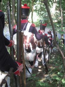 Bild 17 - Durch einen Wald hindurch marschiert die 8ème zu einer Lichtung.