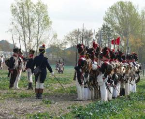 Bild 30 -Kurz vor der Schlacht. Angehörige der 18ème de Ligne erhalten Dienstwimpel. Das Peloton salutiert.