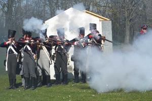 Bild 4 - Schon haben die Preussen die ersten Gebaeude des Dorfes genommen.