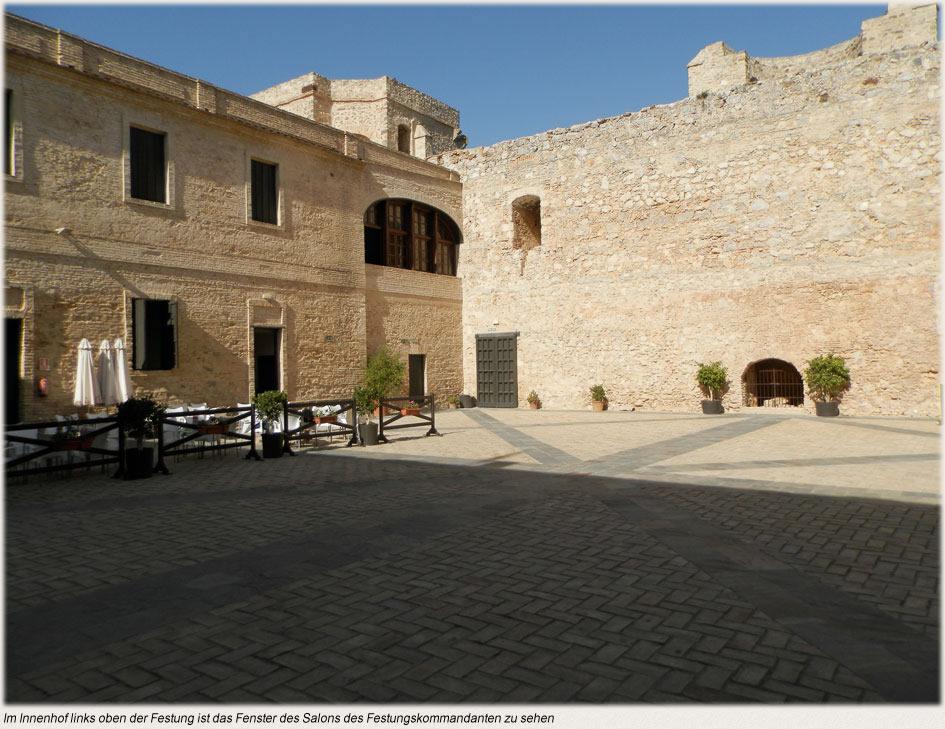 Im Innenhof links oben der Festung ist das Fenster des Salons des Festungskommandanten zu sehen