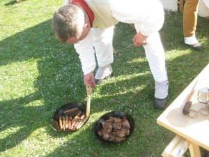 Bild 24 - Zum Sieg gibt es ein Festschmaus.  Genadier Henri beim Zubereiten unseres Abendessens
