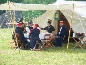 Bild 07a - Die Herren Offiziers lassen es sich inzwischen gutgehen.