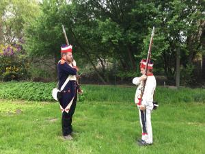 Bild 03 - Grenadier Jean Paul und Rekrut Tobias beim Exerzieren.