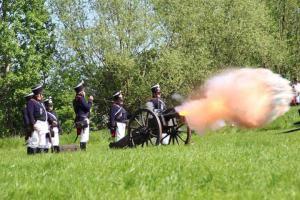 Bild 14 - Die feindliche Artillerie eröffnet die Schlacht mit einer Salve.