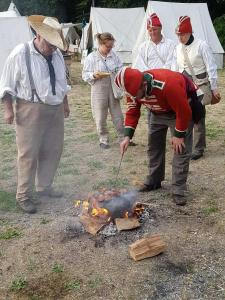Bild 12 - Schnell sind die Feindseligkeiten vergessen. Der Grill...äh Drillsergeant Schulze beim Zubereiten von köstlichen Steaks.