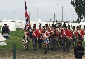 Bild 17 - ...rückt die britische Garde zum Schlachtfeld heran.