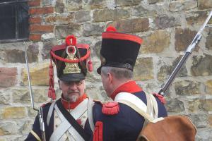 Bild 07 - Die Grenadiere Taside und Serrurier sind währenddessen in einem Gespräch vertieft. - Kopie