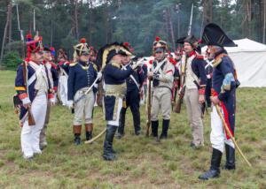 Bild 17 - Der Herr General richtet das Wort an seine Offiziere. Der Feind ist gesichtet worden.