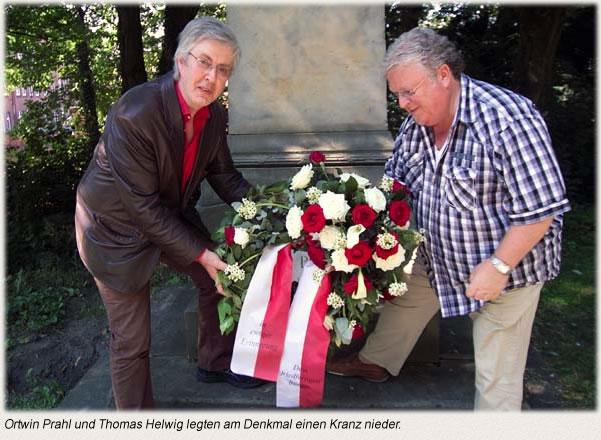 Ortwin Prahl und Thomas Helwig legten am Denkmal einen Kranz nieder.